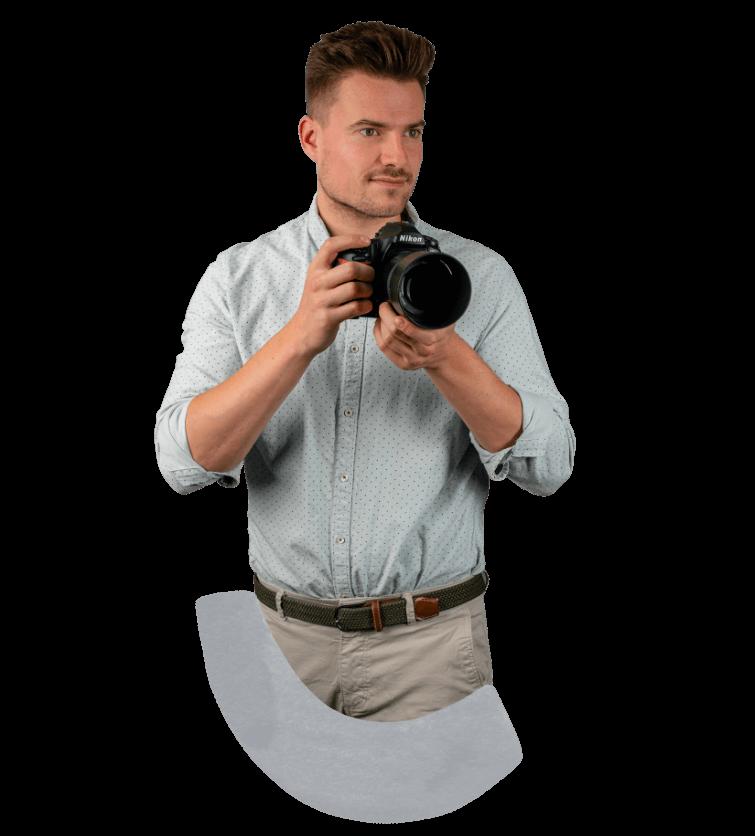 Max unser Hochzeitsfotograf mit der Kamera in der Hand