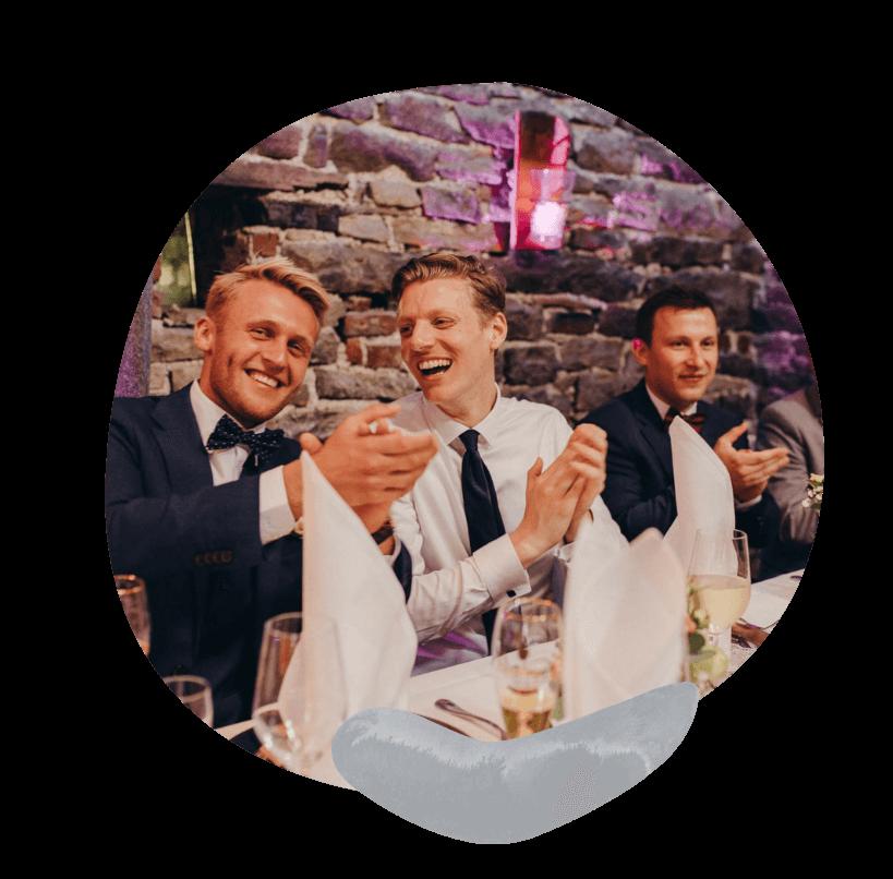 Hochzeitsgäste applaudieren dem Trauredner