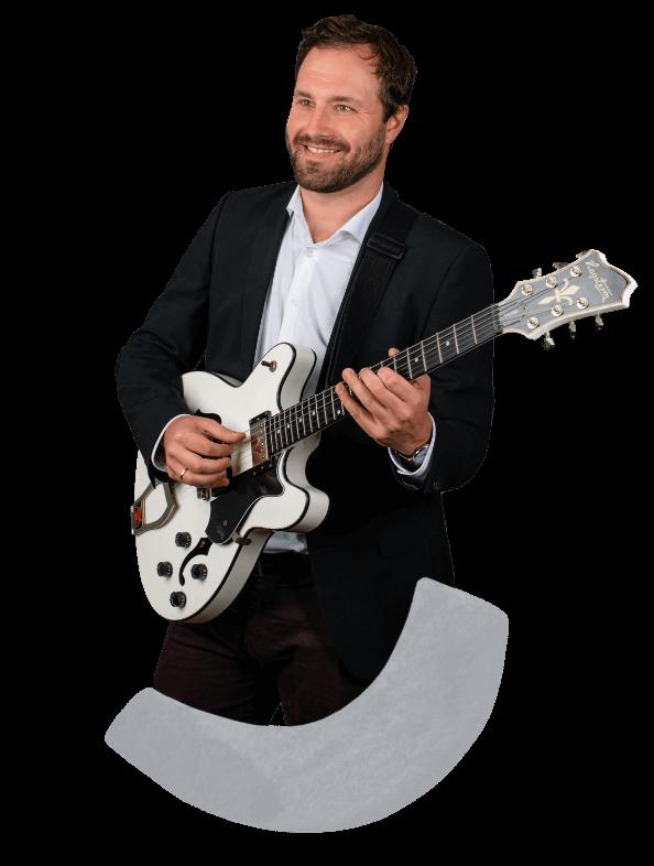 Moritz, Hochzeitsmusiker mit seiner Gitarre